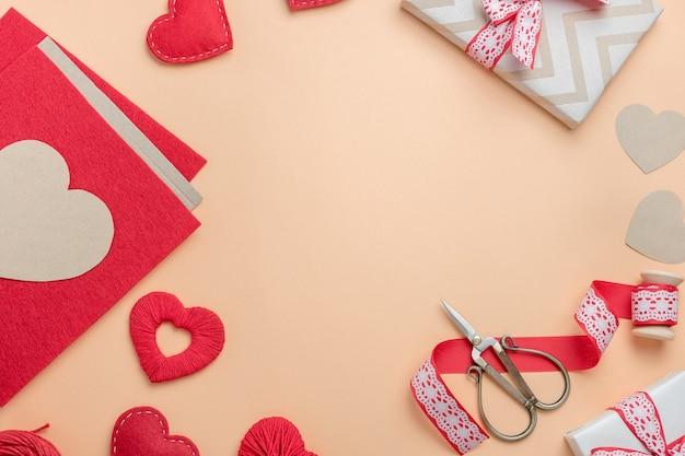 Lieu de travail pour faire des décorations faites à la main pour la saint-valentin. vue de dessus