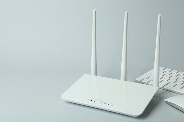 Lieu de travail avec routeur wi-fi sur fond gris
