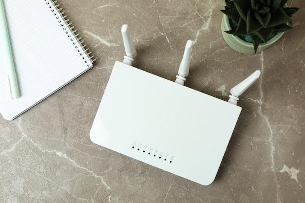 Lieu de travail avec routeur wi-fi sur table texturée grise
