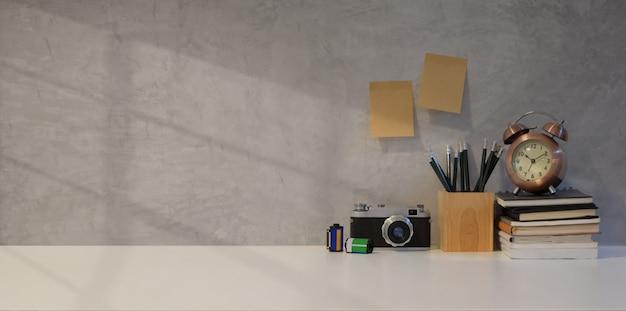Lieu de travail simple photographe avec appareil photo vintage