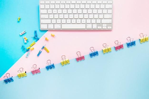 Lieu de travail soigné avec clavier et stationnaire