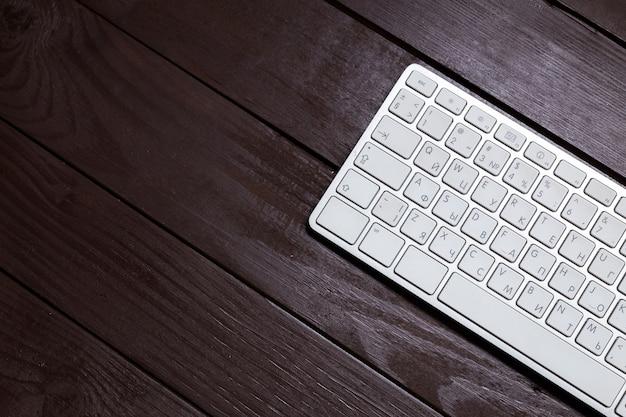 Lieu de travail sur une table en bois
