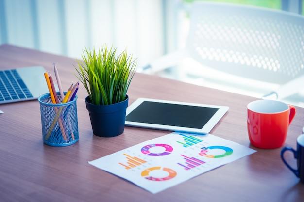 Lieu de travail avec tablette sur table au bureau avec des objets
