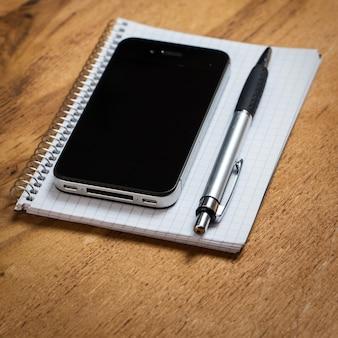 Lieu de travail. téléphone et bloc-notes sur la table