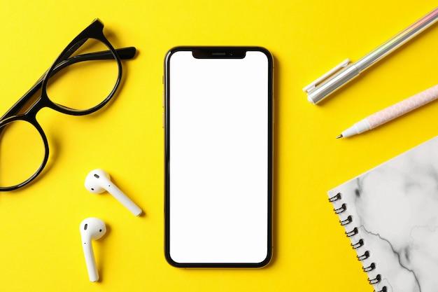 Lieu de travail avec téléphone avec écran vide, vue de dessus