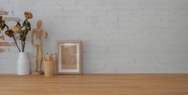 Lieu de travail vintage avec maquette et espace copie sur table en bois et mur de briques