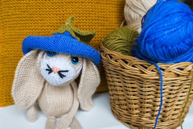 Lièvre triste tricoté à la main, jouets tricotés