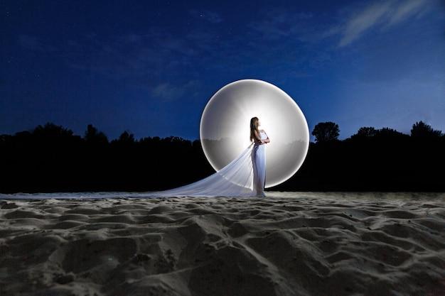 Lightpainting portrait de beauté femme à l'extérieur