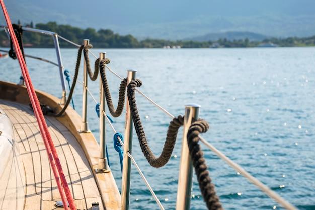 La ligne d'amarrage est enroulée sur la rambarde. préparation au départ en pleine mer.