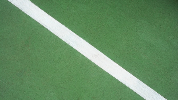 Ligne blanche sur un court de tennis vert - gros plan