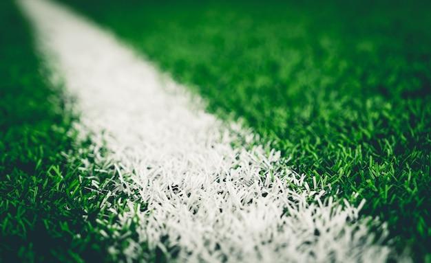 Ligne blanche sur le terrain d'herbe artefact soccer