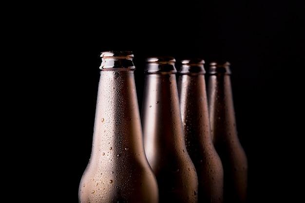 Ligne de bouteilles de bière noire