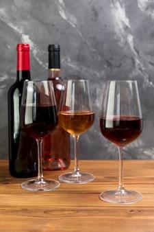 Ligne de bouteilles de vin et de verres à vin