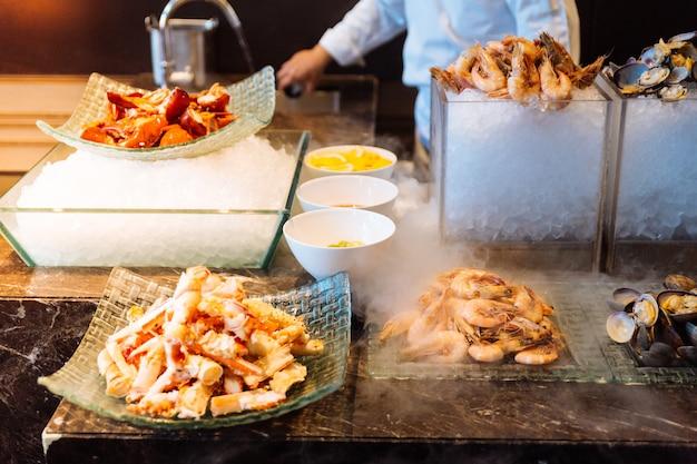 Ligne de buffet de fruits de mer frais comprenant du crabe royal de l'alaska, des crevettes, du homard et des huîtres
