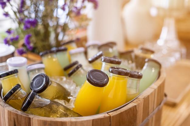 Ligne de buffet de petit-déjeuner bio crue, bouteille de boisson put in juice, prête à boire