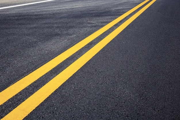 Ligne de circulation de jaune sur la rue.