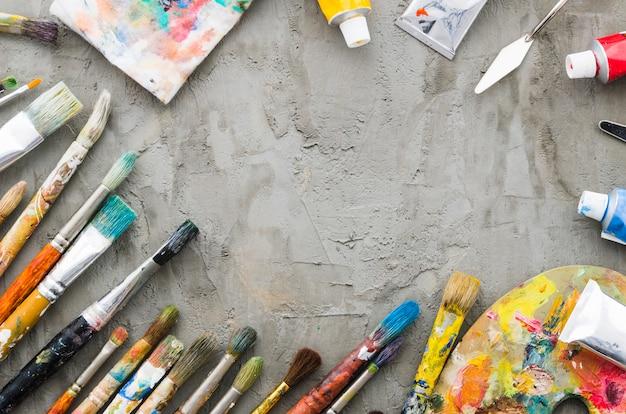 Ligne de crayon sale vue de dessus avec du matériel de peinture