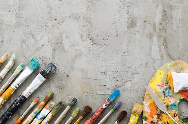 Ligne de crayon sale vue de dessus avec palette