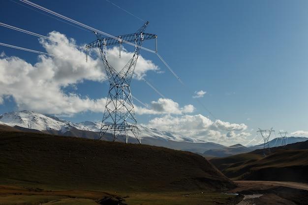 Ligne électrique du pylône électrique dans les montagnes du kirghizistan