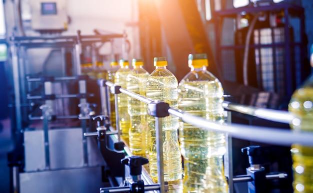 Ligne d'embouteillage d'huile de tournesol en bouteilles. usine de production d'huile végétale. haute technologie.