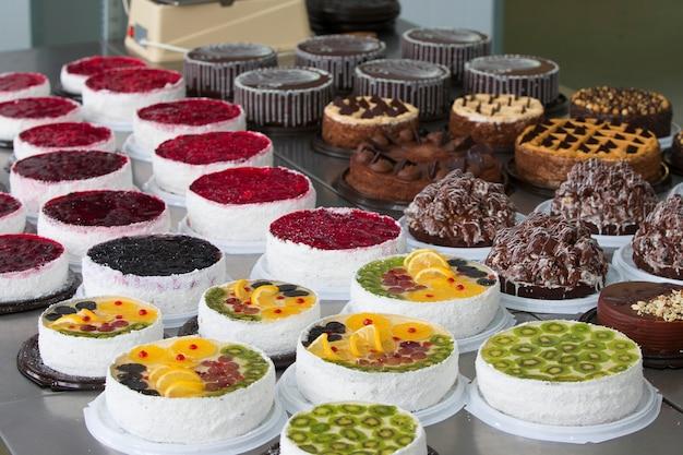 Ligne de gâteaux et de pâtisserieligne de gâteaux industriels beaucoup de beaux gâteaux sur la tablecuisine multicolore