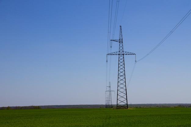 Ligne à haute tension contre le ciel bleu