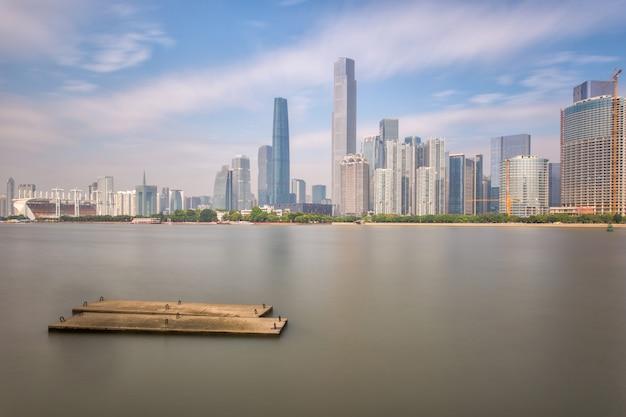 Ligne d'horizon et bâtiments nouvelle ville de la rivière avec l'architecture emblématique de la ville moderne à guangzhou en chine