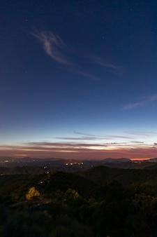 Ligne d'horizon entre ciel et personnes