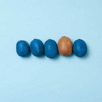 Ligne de kiwis bleus avec un kiwi propre