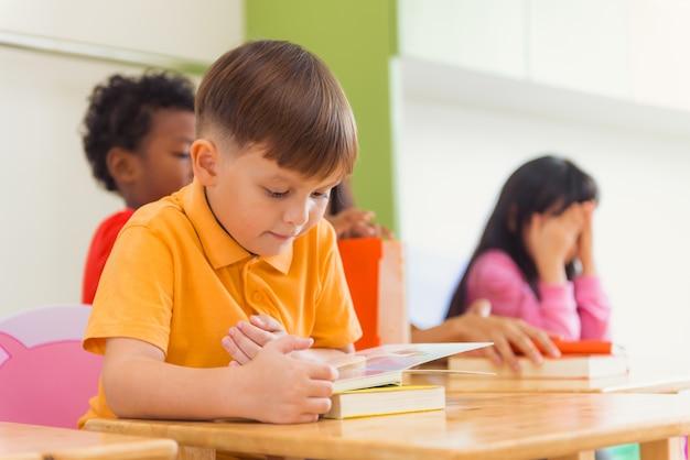 Ligne de lecture des élèves élémentaires multiethniques en classe. photos de style effet effet vintage.