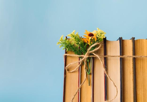 Ligne de livre vue de face avec des fleurs