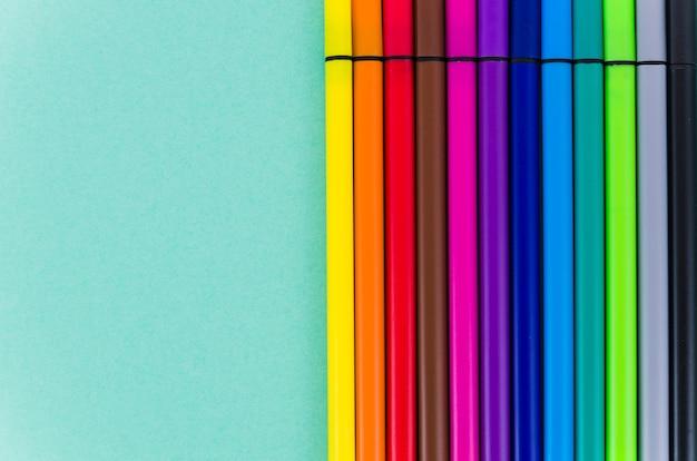 Ligne de marqueurs colorés vue de dessus