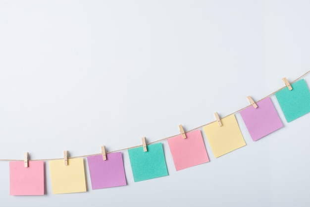 Ligne de papiers de notes colorés sur un blanc