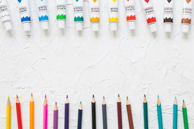 Ligne de peinture et de crayons vue du dessus