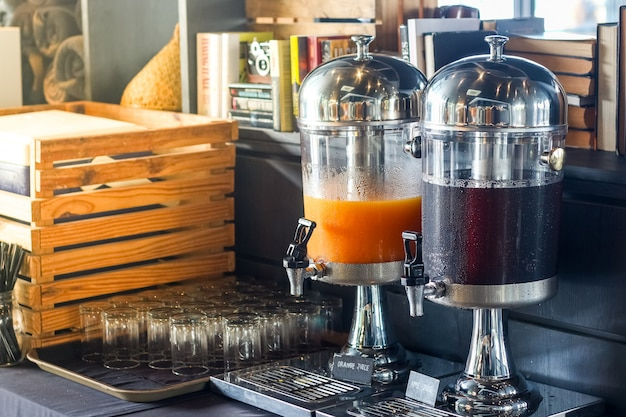 Ligne de petit-déjeuner buffet, divers réservoirs de boissons