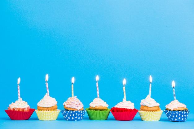 Ligne de petits gâteaux d'anniversaire vue de face