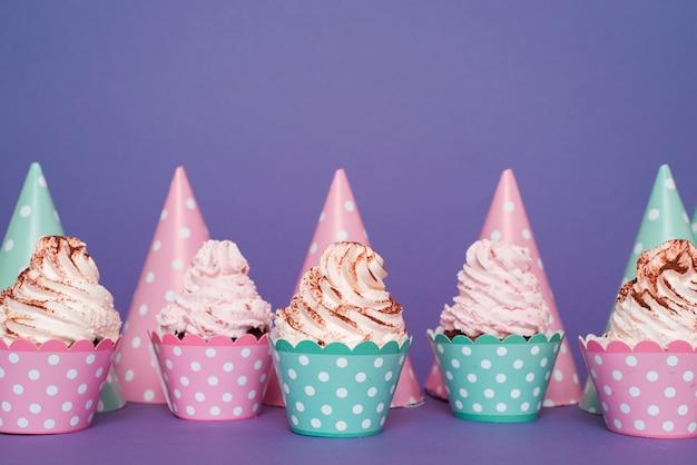 Ligne de petits gâteaux et chapeaux