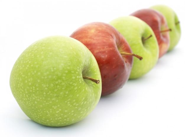 Ligne de pommes rouges et vertes profondeur de champ utilisé
