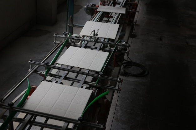 Ligne de production de carreaux de céramique à l'usine