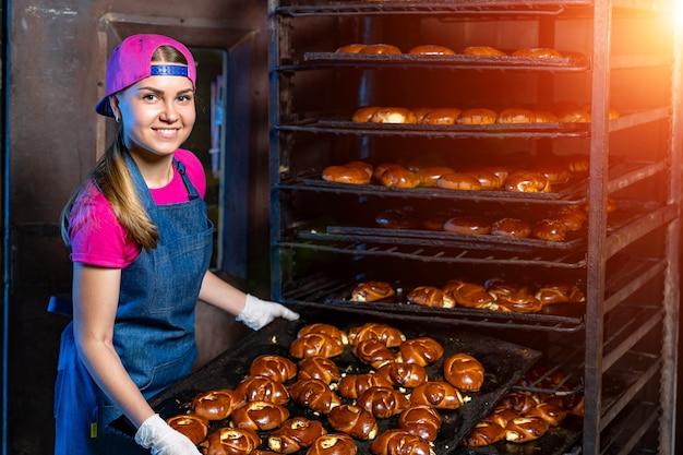 Ligne de production de petits pains. four professionnel à l'usine. production alimentaire industrielle.