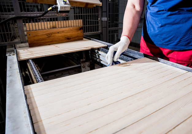 Ligne de production de l'usine de parquet. machine à bois automatique cnc.