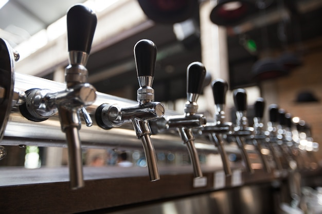 Ligne des robinets de bière dans le pub