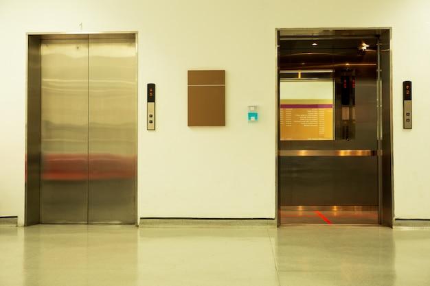 Ligne rouge de distanciation sociale à l'intérieur d'un ascenseur en position debout pour la prévention du covid-19.