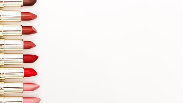 Ligne de rouges à lèvres métalliques sur fond blanc