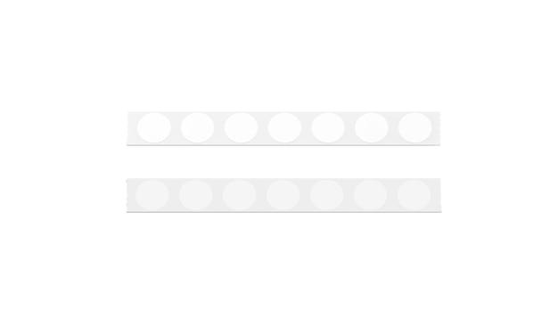 Ligne de ruban argenté vierge avec des autocollants ronds blancs, isolés
