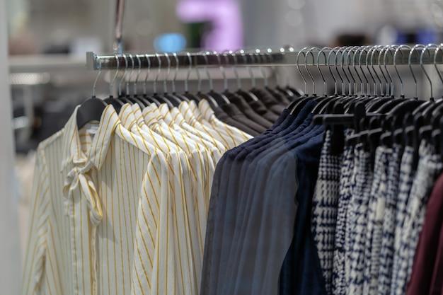 Ligne de vêtements dans un magasin de lunettes dans un grand magasin pour faire du shopping