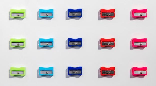 Lignes et colonnes de taille-crayons colorés à plat