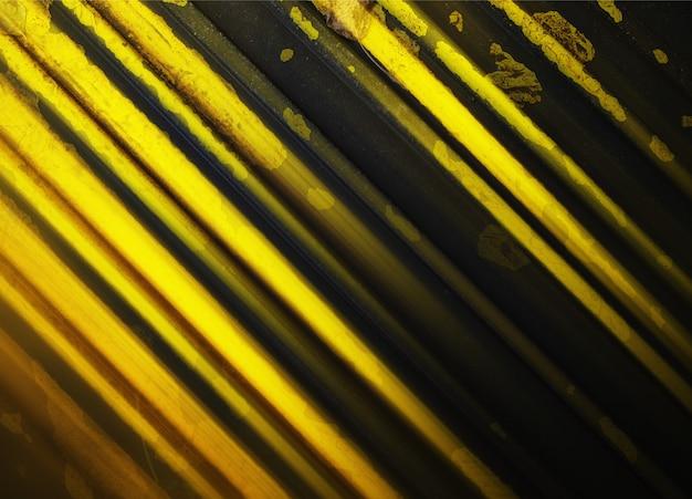 Lignes diagonales jaunes abstraites sur le fond de la chaussée de la ville d'automne