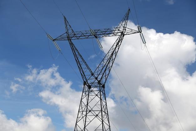 Lignes électriques sur ciel bleu