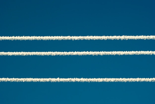 Lignes électriques couvertes de neige et de givre par temps glacial sur fond de ciel